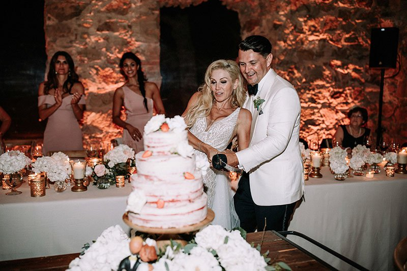 couple-cutting-wedding cake