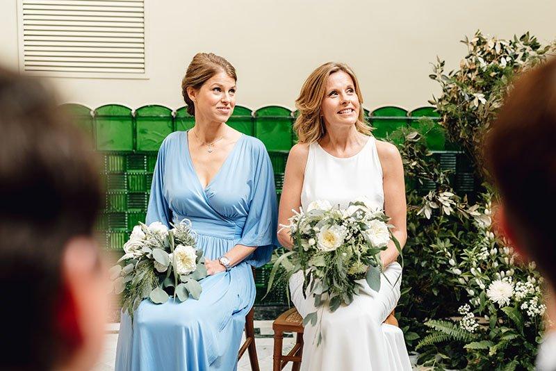 la núvia i la dama d'honor a l'altar