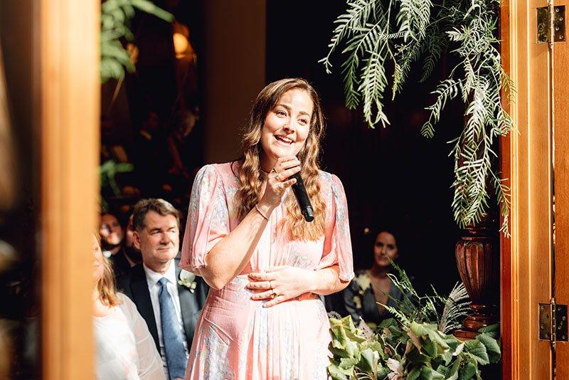 cantant a la cerimònia